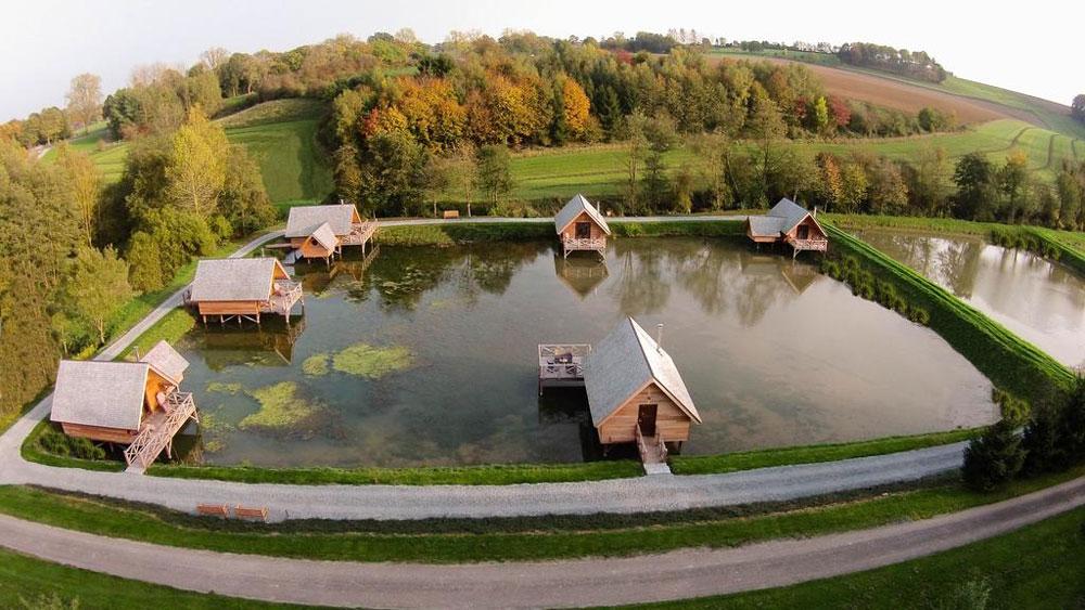 Bijzondere en aparte overnachtingen in België, zoals deze romantische lodges aan het water.