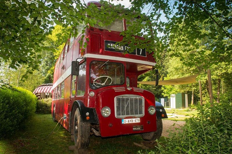 Aparte overnachting in België, wat denk je van deze dubbeldekkerbus?