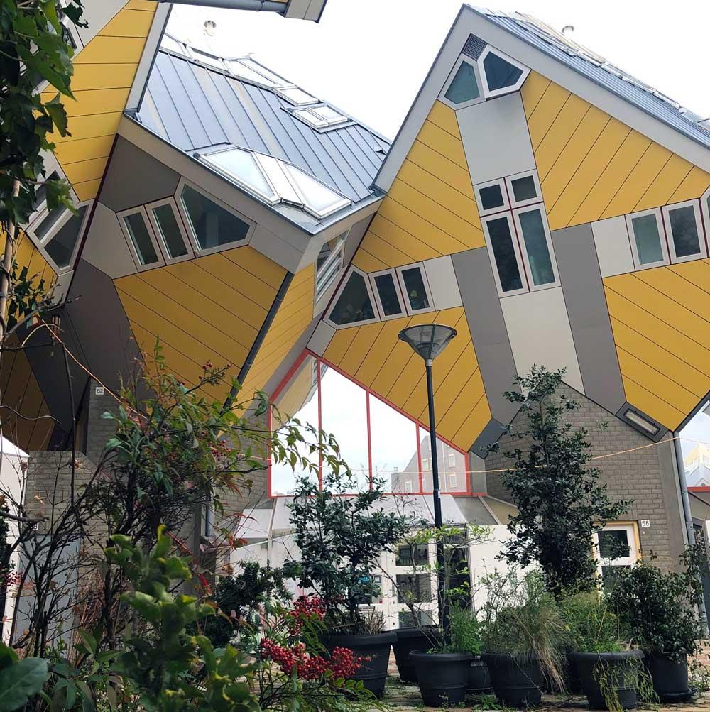 Bijzondere overnachtingen: wat denk je van het hostel in de wereldberoemde kubuswoningen in Rotterdam?